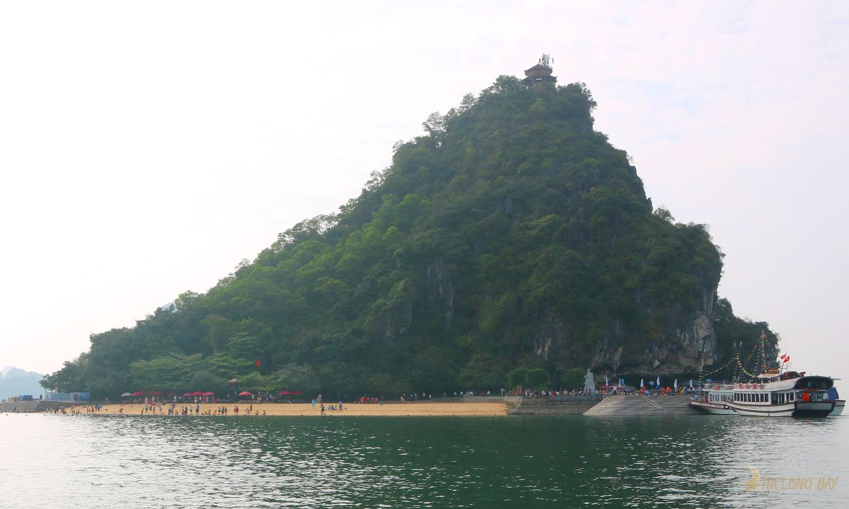 Bãi tắm trên đảo TiTop ngoài Vịnh Hạ Long