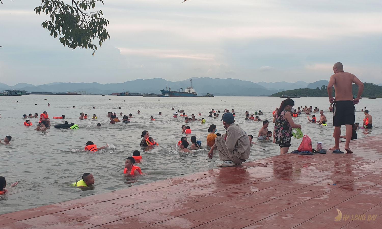 Các bãi tắm tự phát trên đường bao biển mới Trần Quốc Nghiễn
