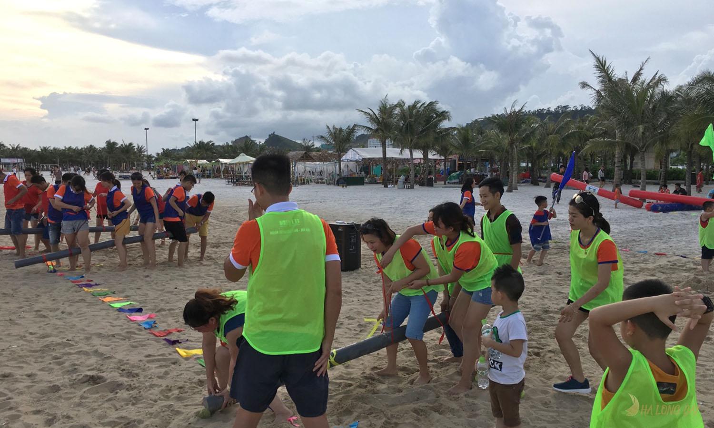 Bãi biển Bãi Cháy rộng phù hợp tổ chức các hoạt động teambuilding